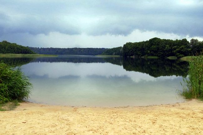 Brandenburgia - szlaki piesze w Niemczech - jeziorko w Peetzig